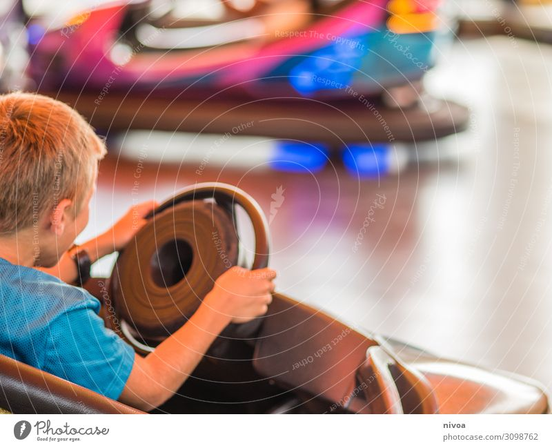 Junge fährt Autoscooter Kind Mensch Ferien & Urlaub & Reisen Sommer Freude Bewegung Glück Spielen Freiheit Freundschaft Stimmung Ausflug Freizeit & Hobby PKW