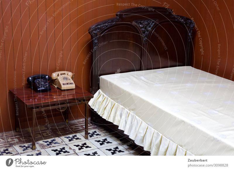 Ruf. Mich. An. Bett Tisch Raum Schlafzimmer Telefon Saigon Vietnam Asien Wiedervereinigungspalast schlafen Sex Telefongespräch alt historisch retro trist braun