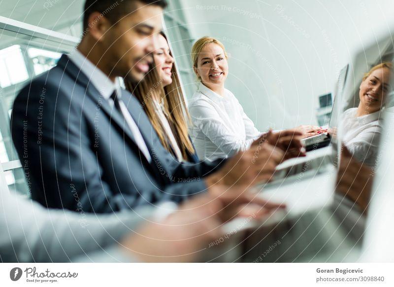 Geschäftsleute Schreibtisch Arbeit & Erwerbstätigkeit Beruf Arbeitsplatz Büro Business Sitzung sprechen Notebook Technik & Technologie Mensch Frau Erwachsene
