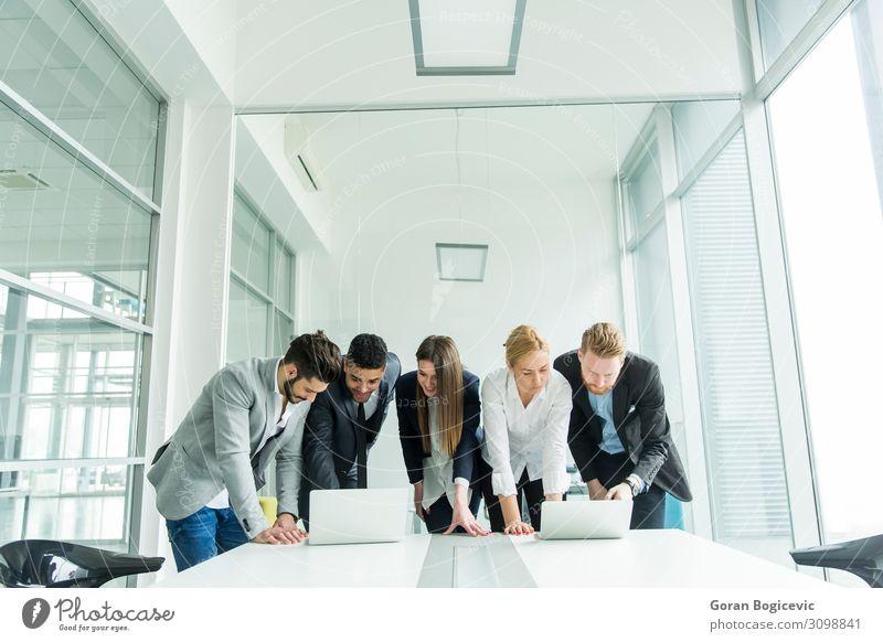 Geschäftsleute Schreibtisch Tisch Arbeit & Erwerbstätigkeit Beruf Arbeitsplatz Büro Business Sitzung sprechen Notebook Technik & Technologie Mensch Junger Mann