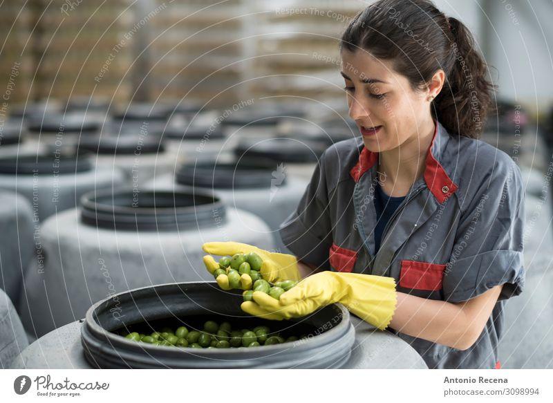 Qualität! Frucht Arbeit & Erwerbstätigkeit Beruf Arbeitsplatz Fabrik Industrie Technik & Technologie Mensch Frau Erwachsene Handschuhe brünett Verpackung