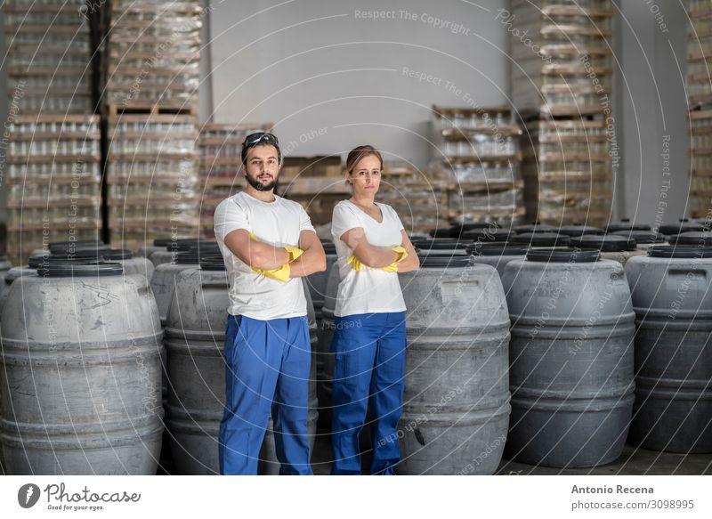 Partner Frucht Arbeit & Erwerbstätigkeit Arbeitsplatz Fabrik Industrie Unternehmen Mensch Frau Erwachsene Mann Paar Pflanze Container Handschuhe brünett
