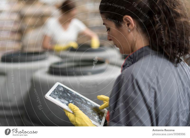 Tablette zur Arbeit Frucht Arbeit & Erwerbstätigkeit Arbeitsplatz Fabrik Industrie Business Technik & Technologie Mensch Frau Erwachsene Container Handschuhe