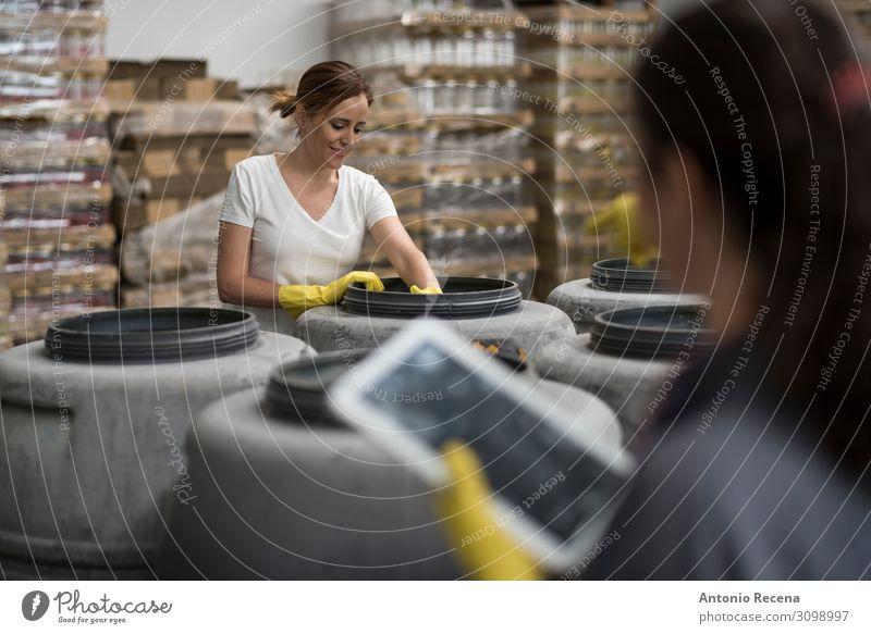 Rustikale Technik Frucht Arbeit & Erwerbstätigkeit Arbeitsplatz Fabrik Industrie Business Mensch Frau Erwachsene Partner Container Handschuhe Verpackung