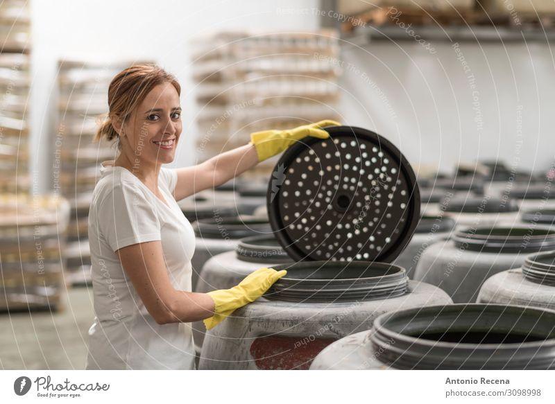 Frau schaut in der Olivengärungsfabrik in die Kamera und lächelt Frucht Arbeit & Erwerbstätigkeit Arbeitsplatz Fabrik Industrie Business Unternehmen Mensch