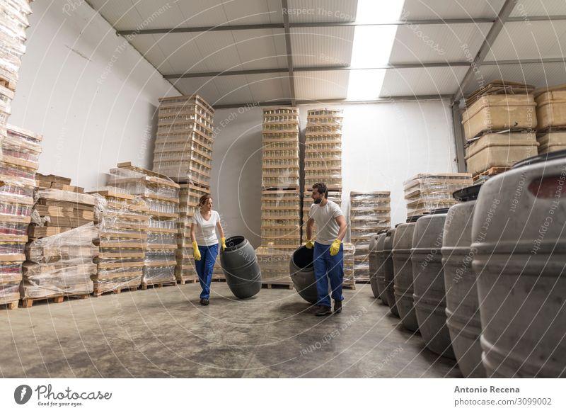 Partner im Werk Frucht Lifestyle Arbeit & Erwerbstätigkeit Beruf Arbeitsplatz Fabrik Industrie Business Mensch Frau Erwachsene Mann Paar Container Vollbart