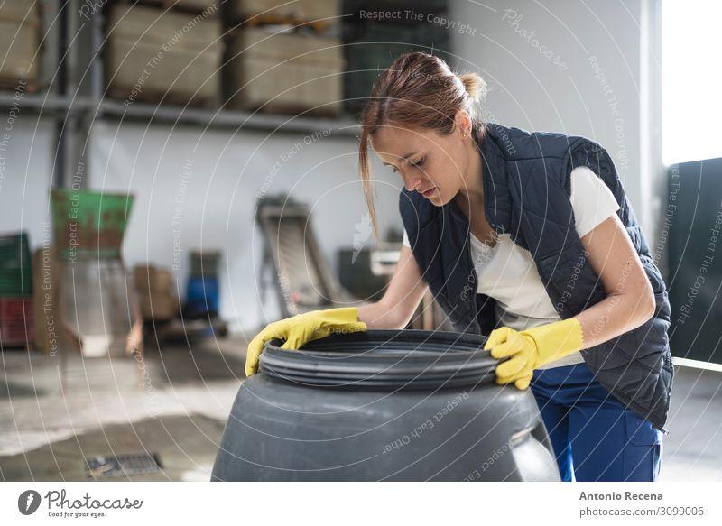 Fassgärung Frucht Arbeit & Erwerbstätigkeit Beruf Arbeitsplatz Fabrik Industrie Mensch Frau Erwachsene Pflanze stehen Qualität Mitarbeiter oliv Lebensmittel