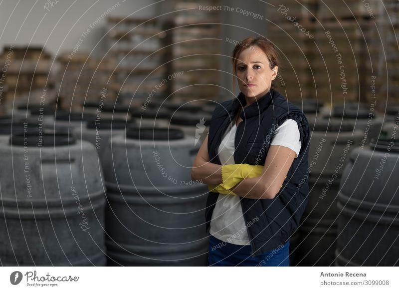 Frau, die in der Olivenfabrik posiert. Lifestyle Arbeit & Erwerbstätigkeit Fabrik Industrie Mensch Erwachsene Partner Pflanze stehen dunkel Gelassenheit