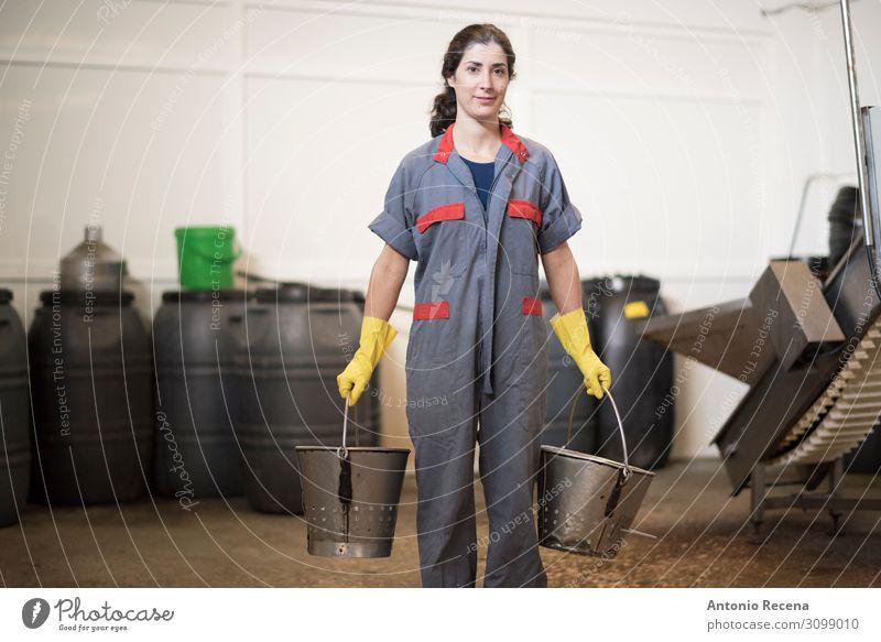 Frau, die hart arbeitet Flasche Gesundheitswesen Arbeit & Erwerbstätigkeit Arbeitsplatz Fabrik Mensch Erwachsene Verkehr Metall stehen tragen Eimer