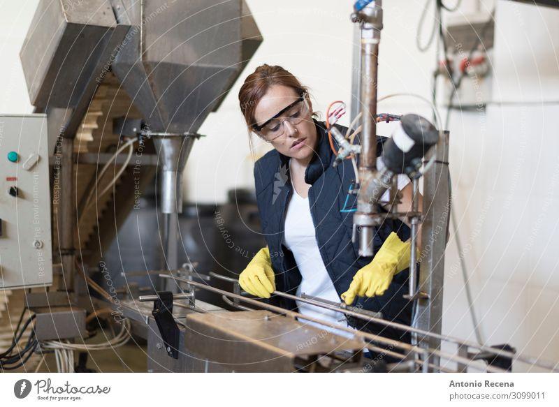 Arbeiterfrau revidiert Maschine in Fabrik mit Schutzbrille und Handschuhen Flasche Arbeit & Erwerbstätigkeit Beruf Industrie Mensch Frau Erwachsene Pflanze