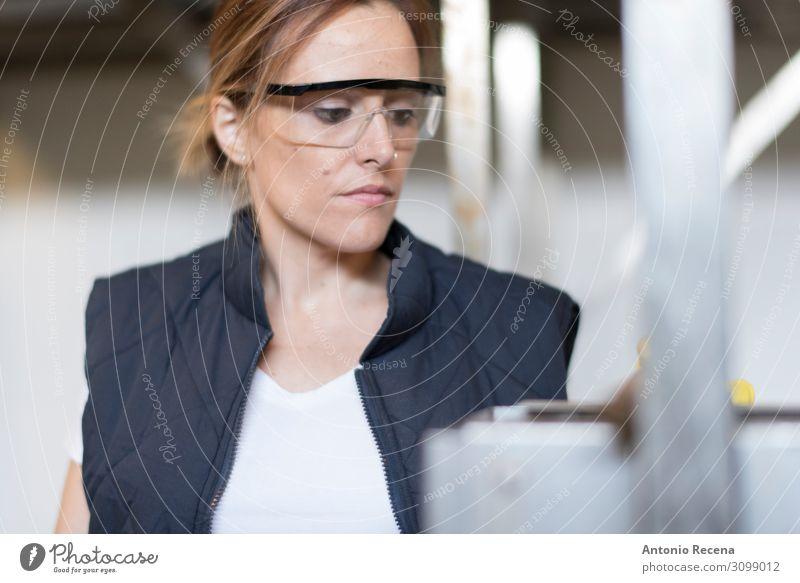 Sicherheitsbrille Gesicht Arbeit & Erwerbstätigkeit Fabrik Industrie Frau Erwachsene Pflanze Schutz Geborgenheit Gelassenheit Kontrolle Förderband Lebensmittel