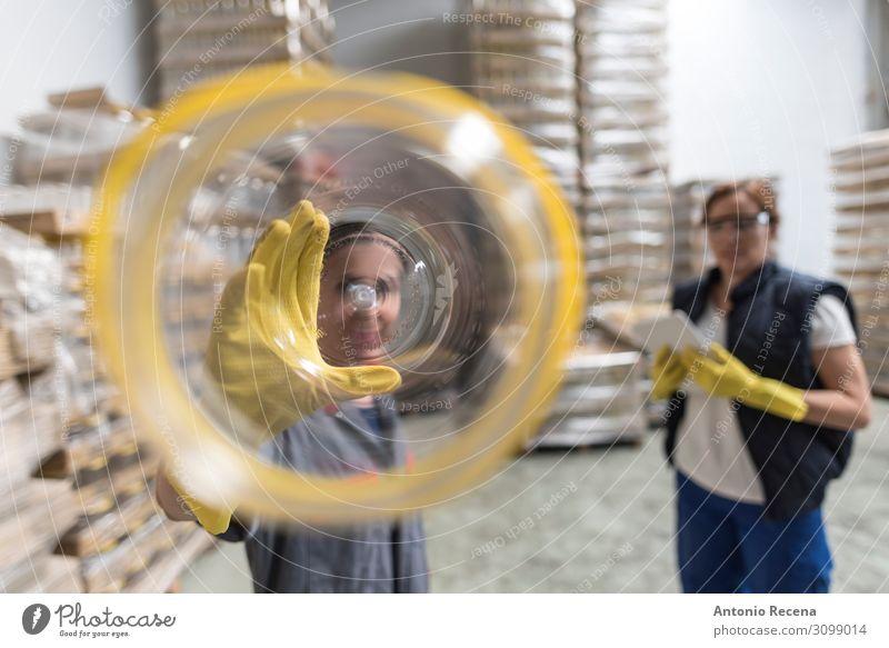 plastische Probleme Flasche Arbeit & Erwerbstätigkeit Arbeitsplatz Fabrik Industrie Business Mensch Frau Erwachsene Partner Container Verpackung Paket