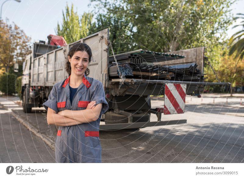 Sie trcuk Glück Arbeit & Erwerbstätigkeit Beruf Arbeitsplatz Fabrik Industrie Business Mensch Frau Erwachsene Verkehr Lächeln Schutz Lastwagen ferris bügeln