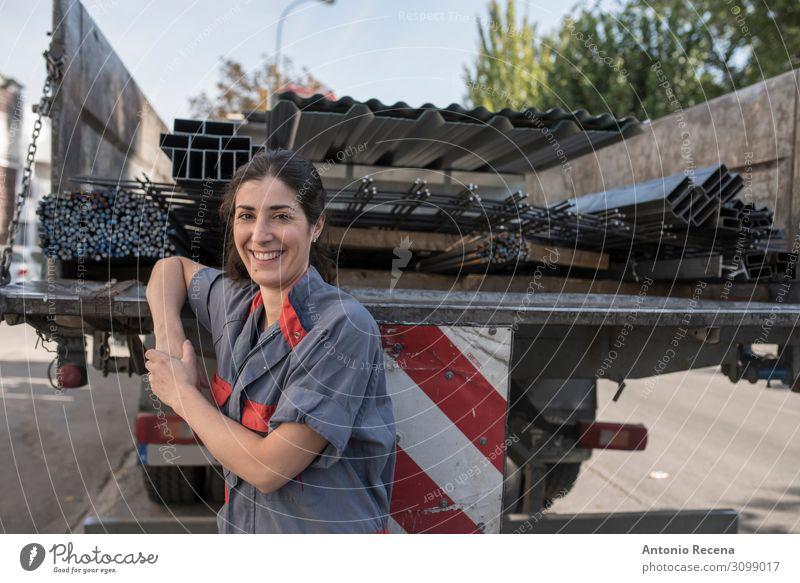 sie ist Truckerin Arbeit & Erwerbstätigkeit Beruf Arbeitsplatz Fabrik Industrie Business Mensch Frau Erwachsene Verkehr Lächeln stehen nah Schutz Mitarbeiter