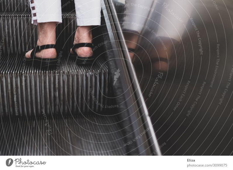 Die richtige Seite feminin Frau Erwachsene Weiblicher Senior Körper Beine Fuß 1 Mensch 45-60 Jahre 60 und älter Gesundheitsschuhe Sandale Rolltreppe stehen