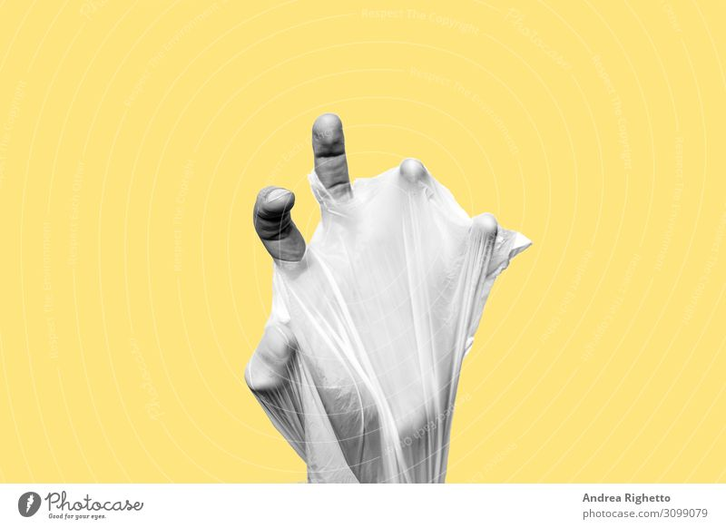 Konzept des Stopps der Kunststoffverschmutzung, der globalen Erwärmung, des Recyclings von Kunststoff, kunststofffrei, ohne Kunststoff. Von Hand in eine Plastiktüte eingewickelt. Gelber Hintergrund mit einem schwarz-weißen Motiv