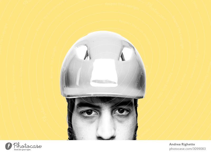 Konzept des Hasses auf die eigene Arbeit, gestresst bei der Arbeit, unzufrieden mit seiner Arbeit. Porträt eines traurigen, unglücklichen kaukasischen Fabrikarbeiters mit Helm. Schwarz-weißes Motiv mit gelbem Hintergrund
