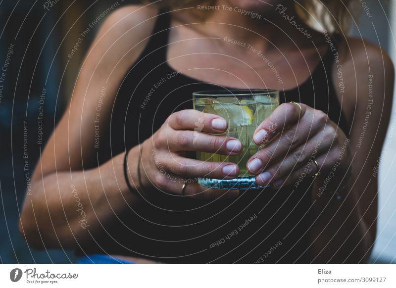 Ich brauch nen Drink Nachtleben Party Mensch feminin Junge Frau Jugendliche 1 genießen Alkohol Getränk Cocktail festhalten Hand Bar Außenaufnahme Sommer