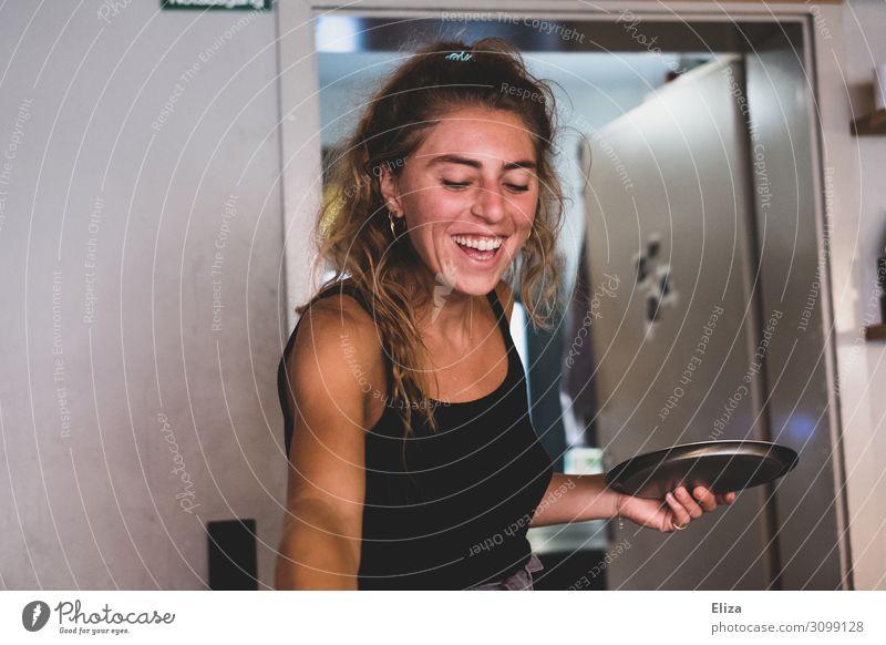 Gut gelaunte lachende Frau mit silbernem Tablett in der Hand Mensch feminin Junge Frau Jugendliche Erwachsene 1 18-30 Jahre Freude Fröhlichkeit Lebensfreude