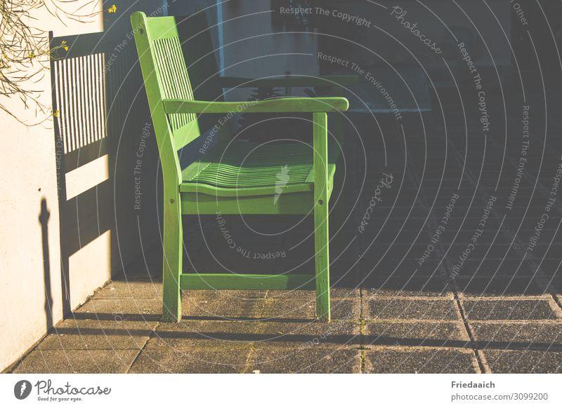 Platz an der Sonne Feierabend Terrasse beobachten Denken Erholung genießen hocken Kommunizieren lesen Rauchen Blick sitzen sprechen träumen Traurigkeit warten