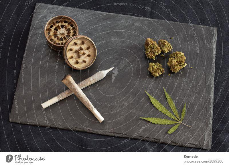 Marihuana Gelenke, Cannabisknospen und Blatt, Mühle auf schwarzem Tablett Topf Lifestyle Reichtum elegant Stil Freude Gesundheit Behandlung Alternativmedizin