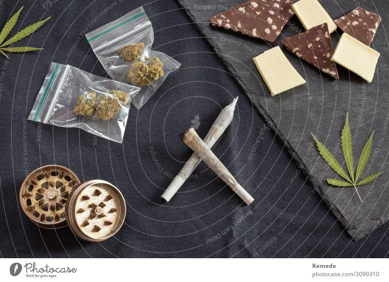 Unkraut und Süßigkeiten: Gelenke, Marihuanablätter, Knospen und Schokolade. Lebensmittel Milcherzeugnisse Kuchen Dessert Süßwaren Ernährung Essen Frühstück Topf