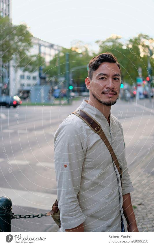 Ein Mann schaut in die Kamera mit offenem Gesichtsausdruck maskulin Erwachsene 1 Mensch 30-45 Jahre Düsseldorf Deutschland Stadt Stadtzentrum Straße Hemd Tasche