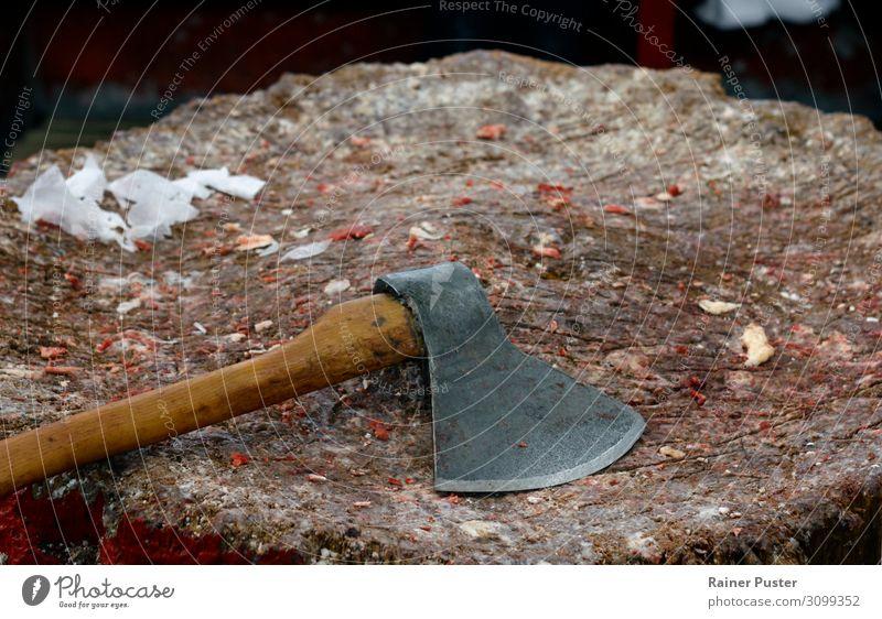 Axt auf Holzblock mit Fleischstücken Fett Metzger Metzgerei Aggression Farbfoto Innenaufnahme Tag