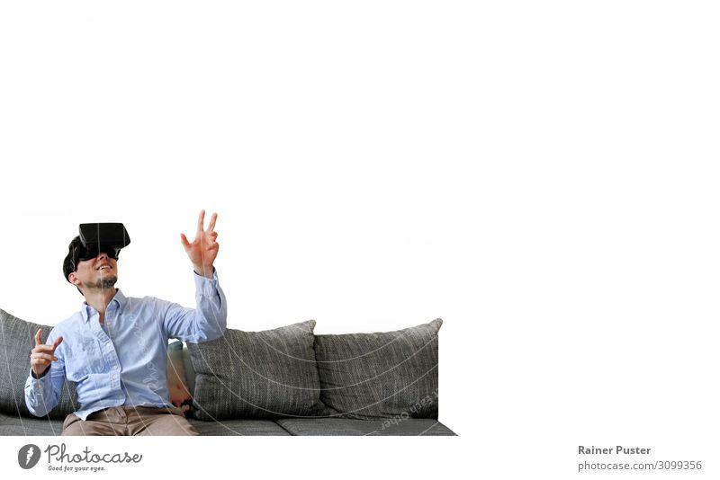 Mann mit Virtual Reality Brille auf Couch sprechen Computer Bildschirm VR Brille virtual reality virtuell Technik & Technologie Unterhaltungselektronik