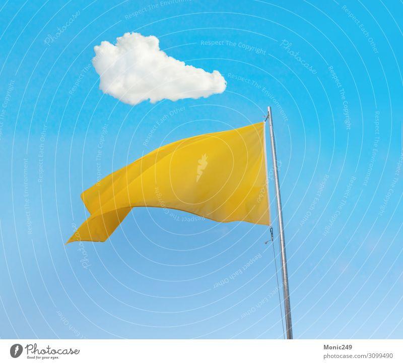 Gelbe Flagge über blauem Himmel Ferien & Urlaub & Reisen Tourismus Sommer Sommerurlaub Strand Meer Natur Landschaft Sand Wolken Wind Küste Hütte Tube Fahne