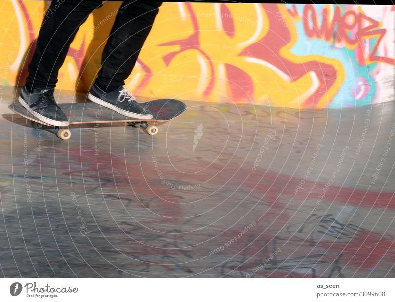 Skaten Mensch Jugendliche rot schwarz Lifestyle Leben Graffiti gelb Wand Sport Bewegung Mauer Freiheit Fuß Fassade Freizeit & Hobby