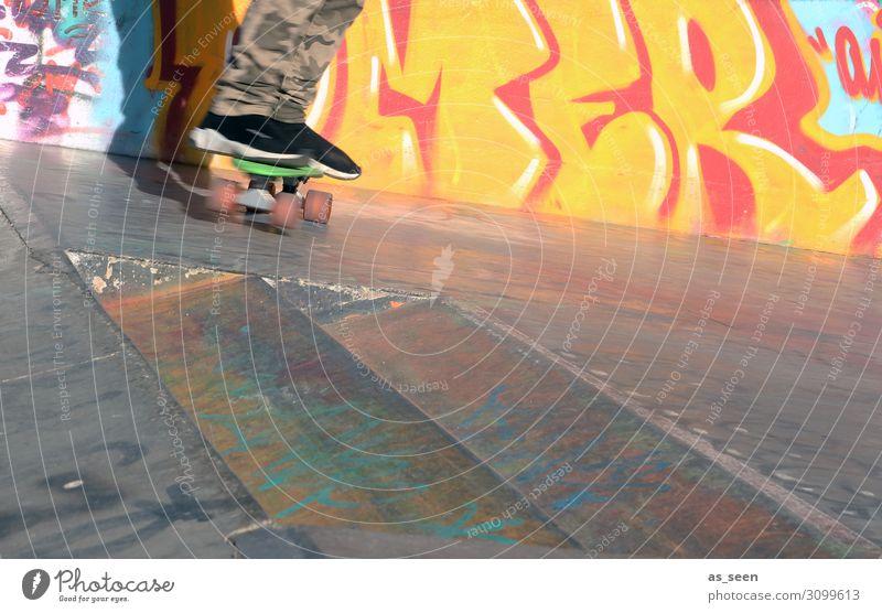 Skaten Mensch Jugendliche rot Freude schwarz Leben Graffiti gelb Wand Sport Gefühle Mauer Fuß Fassade Schriftzeichen Kindheit