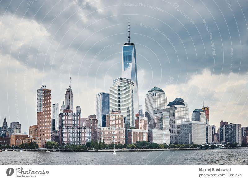 Manhattan Skyline mit stürmischem Himmel, USA. Büro Gewitterwolken Fluss Stadt bevölkert Hochhaus Bankgebäude Gebäude Architektur Wahrzeichen blau Business