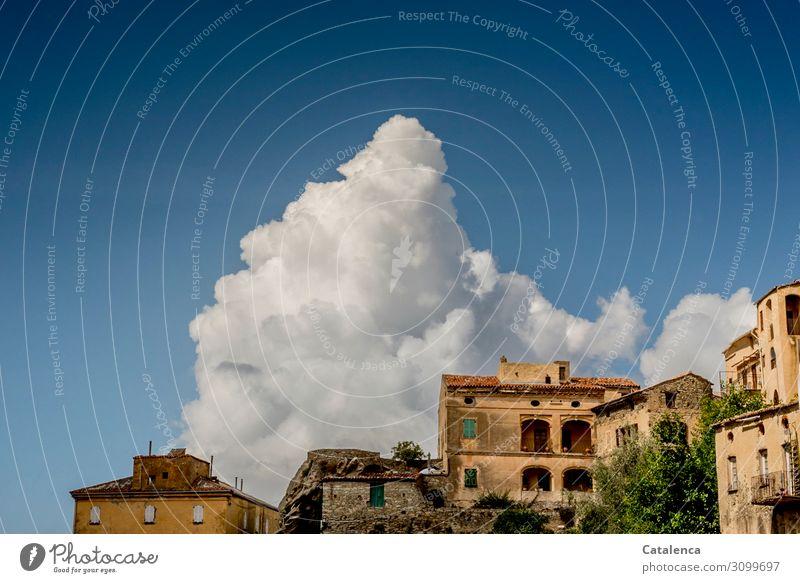 Am  blauen Himmel hinter dem alten Dorf türmt sich ein Wolkenberg Gebäude Häuser Architektur urban Fassade Wand Fenster Häusliches Leben Dach schönes Wetter
