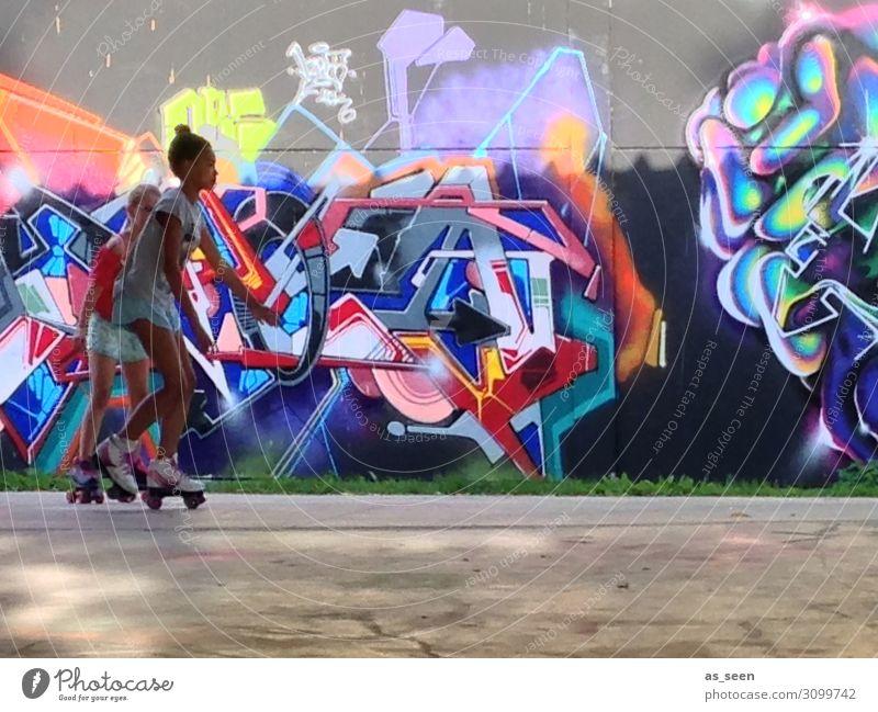 ... und action Mädchen Kindheit Jugendliche Leben 13-18 Jahre Kunst Jugendkultur Subkultur Stadt Mauer Wand Fassade Inline skates Bewegung Fitness Sport