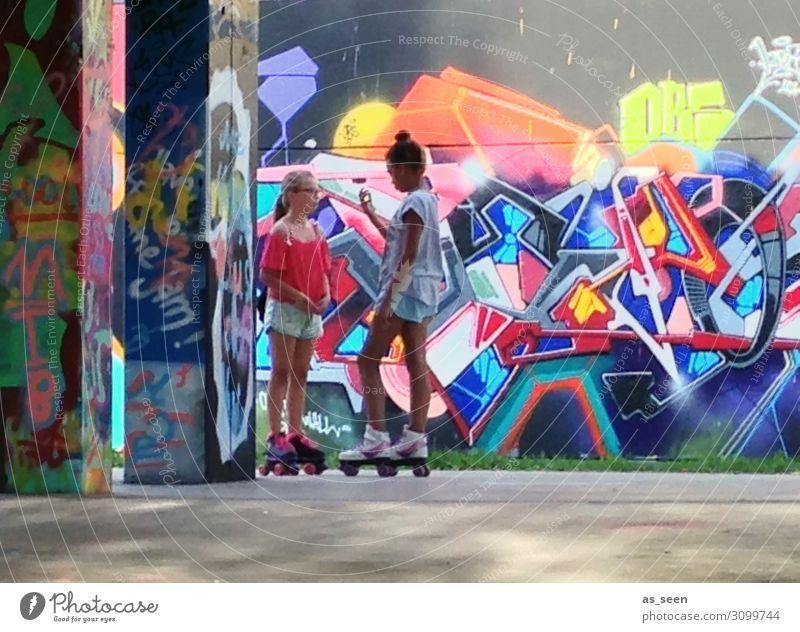 Funsport Mädchen 2 Mensch 13-18 Jahre Jugendliche Kunst Kultur Jugendkultur Subkultur Stadt Architektur Mauer Wand Fassade Inline skates Bewegung Fitness stehen