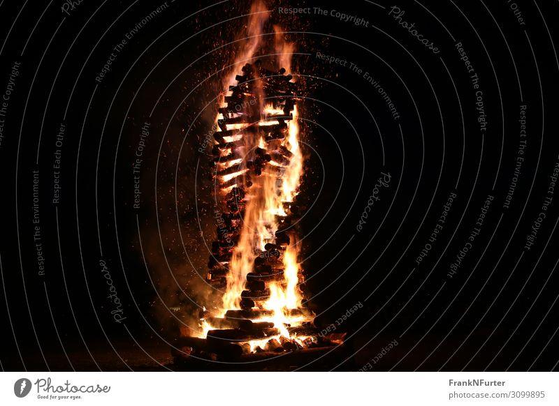 Burning Twist Kunst Skulptur Kultur Urelemente Feuer Holz heiß Wärme gelb gold schwarz Farbfoto Außenaufnahme Menschenleer Textfreiraum links