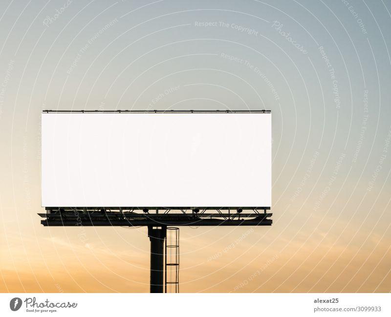 Leere Plakatwand im Sonnenuntergang Business Medien Himmel Straße groß weiß Werbung Anzeige inserieren Inserat Ankündigung Hintergrund Transparente Bigboard