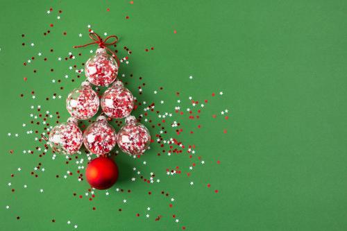 Weihnachtsbaum aus Glaskugeln Winter Dekoration & Verzierung Feste & Feiern Weihnachten & Advent Ball Menschengruppe Baum Ornament Kugel glänzend grün rot weiß