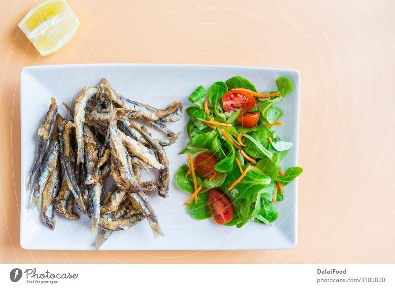 Gebratene Sardinen (Fisch) Pescaito Frito typische spanische Tapas Meeresfrüchte Brot Mittagessen Abendessen Diät Teller Holz frisch blau weiß Sardellenfilets