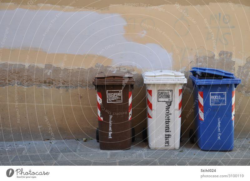 italienische Mülltrennung Güterverkehr & Logistik Recycling Recyclingcontainer Umwelt Bürgersteig Mauer Wand Stein trist blau braun weiß sparsam fleißig