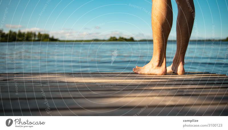 Mann steht Barfuß auf einem Holzsteg am See | Panorama Gesundheit Wellness harmonisch Erholung ruhig Sauna Schwimmen & Baden Ferien & Urlaub & Reisen Ferne