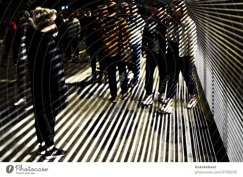 licht und schatten Mensch Freundschaft Paar Leben Menschenmenge 30-45 Jahre Erwachsene Bewegung Feste & Feiern gehen Farbfoto Außenaufnahme Nacht Kunstlicht