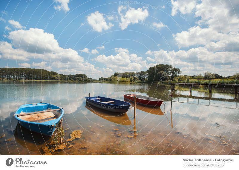 Boote und Steg am See Himmel Ferien & Urlaub & Reisen Natur blau grün Wasser weiß Landschaft rot Sonne Baum Erholung Wolken ruhig gelb Umwelt