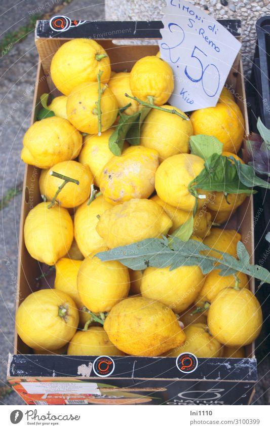 Zitronen Lebensmittel Frucht Ernährung Italienische Küche gelb grau grün Zitronenblatt Kiste Karton Wochenmarkt verkaufen Bioprodukte Preisschild Ernte sauer