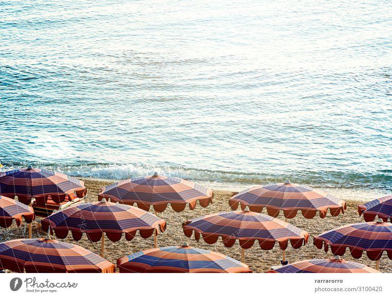Sonnenschirme öffnen früh am Morgen an einem Strand am Meer. Reichtum schön Erholung Freizeit & Hobby Ferien & Urlaub & Reisen Tourismus Sommer Sonnenbad Insel