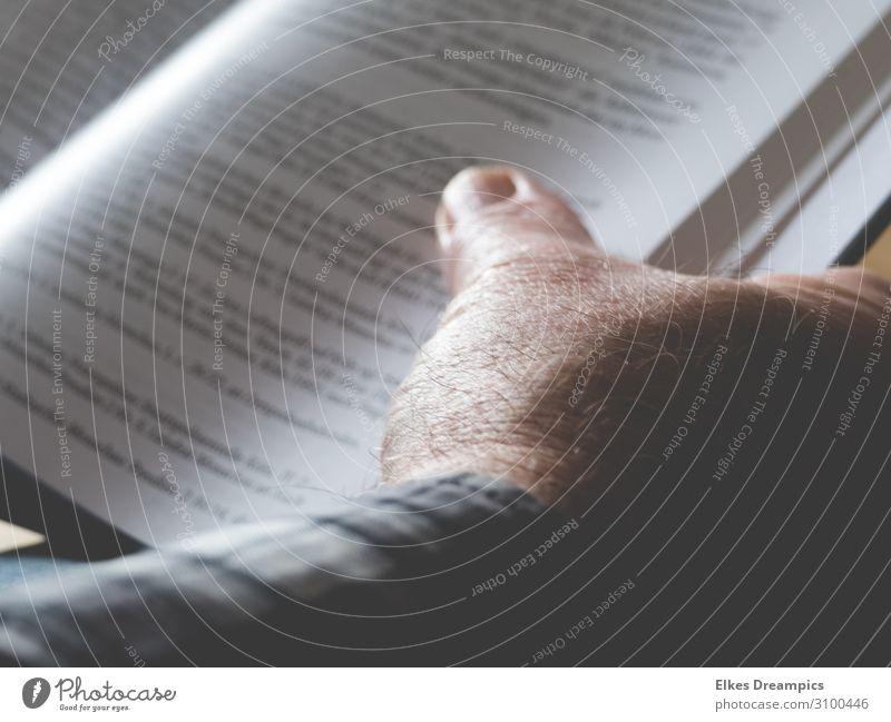 Lesen lesen Buch Schreibwaren Papier Bildung Hand Gedeckte Farben Innenaufnahme Tag Schwache Tiefenschärfe