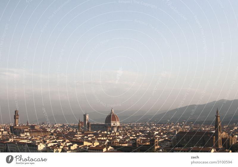 Blick auf Florenz Himmel Hügel Italien Stadt Stadtzentrum Altstadt Haus Kirche Dom Palast Sehenswürdigkeit Wahrzeichen blau Farbfoto Außenaufnahme Menschenleer