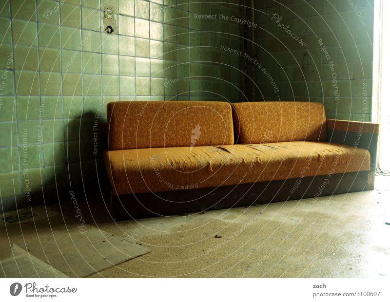 Couchgeflüster Häusliches Leben Wohnung Haus Renovieren Innenarchitektur Möbel Sofa Keller Fliesen u. Kacheln Ruine Mauer Wand Stein kaputt braun grün Verfall