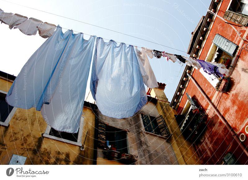 Waschtag alt blau Stadt Haus Fenster Wand Mauer Fassade Häusliches Leben Bekleidung Italien Kleid Altstadt Dorf Hemd Wäsche waschen